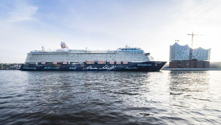 Mein Schiff 4 neben der Elbphilharmonie in Hamburg