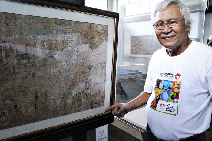 Nyoman Gunarsa with his painting that was signed by Indonesia's first president, Sukarno. Photo by Raditya Margi.