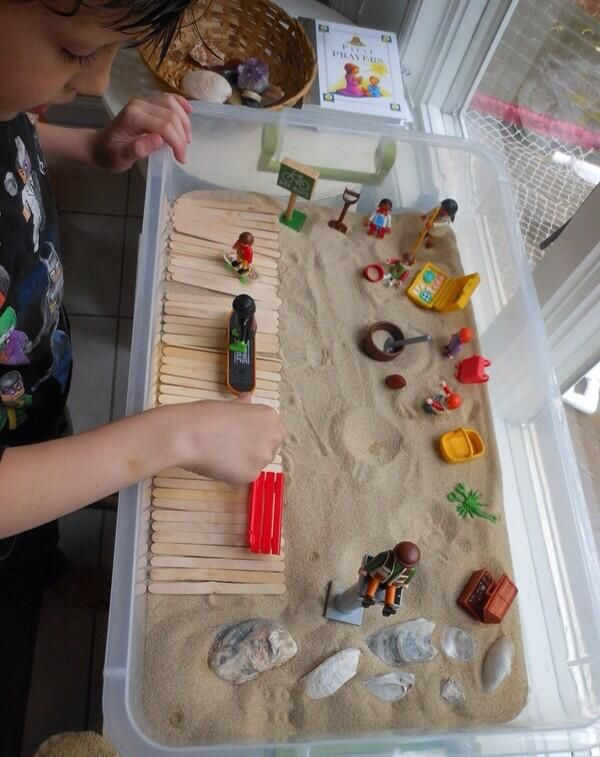 playmobile en zand in bak (evt. met thema)