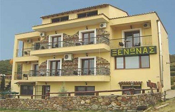 Ο ξενώνας Κερκινίτις είναι χτισμένος στους πρόποδες του όρους Μαυροβουνίου με απεριόριστη θέα στην λίμνη Κερκίνη, ποταμό Στρυμώνα και τον κάμπο των Σερρών.