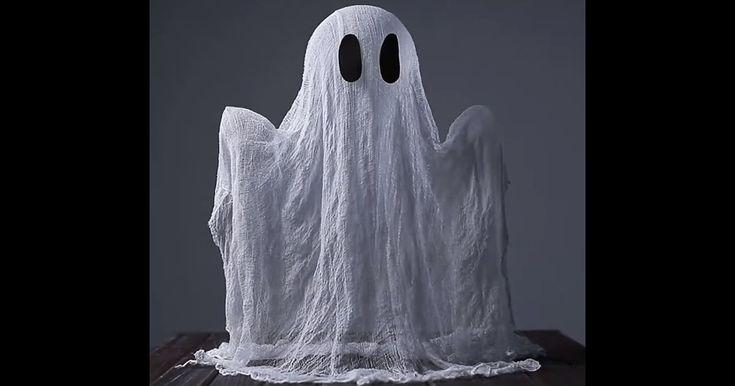 Entre no clima de Halloween e decora a casa com esse fantasma feito com gaze e cola que é super fácil. É uma boa decoração pra quem tem crianças. Confira.