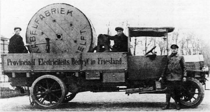 Vrachtauto van het Provinciaal Elektriciteits bedrijf, met drie werknemers van het PEB en een flinke kabel haspel. Leeuwarden