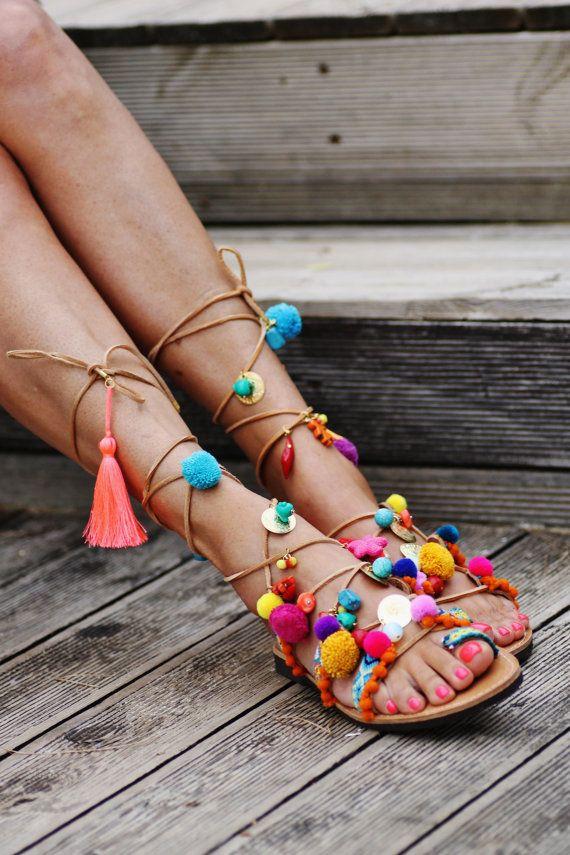 Sandales gladiateur cuir grec pur à la main décoré avec des sangles des amitiés à la main (cousus sur la chaussure), pompons colorés, des pierres