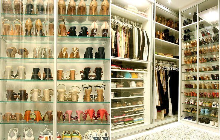 Detalhe do closet projetado pela designer de interiores Jóia Bergamo, com prateleiras de 1,11 m de largura, 0,29 m de profundidade e 0,02 m de espessura, que armazena até cinco pares de calçados