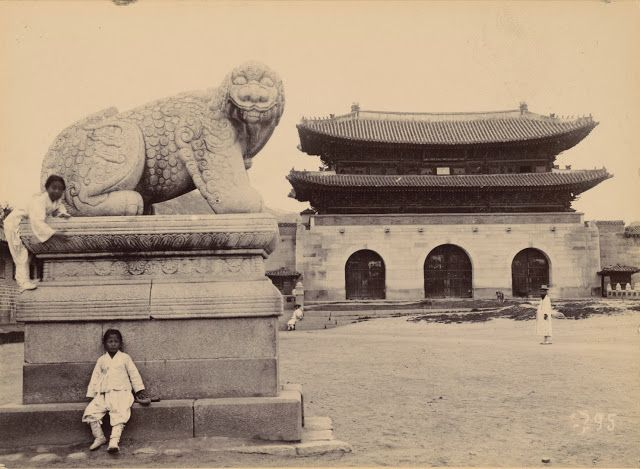 Gwanghwamun is the main gate of the main palace, Gyeongbokgung, in Seoul. This photo is ca. early 1900s. See modern photo.