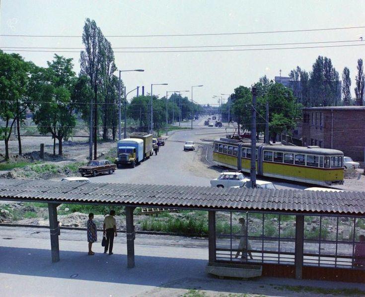 Pulz utca, az 1-es villamos végállomása a Szeged-Rókus vasútállomásnál, háttérben a Kossuth Lajos sugárút.