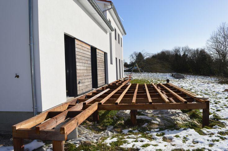 Ça y est on commence la structure de la terrasse sur pilotis! Bois de récupération d'une ancienne charpente, traité autoclave à Arches (88) pour 280 € . Quincaillerie pour structure : environ 350 euros (sabots métalliques, chevilles goujons, équerre d'angle,...