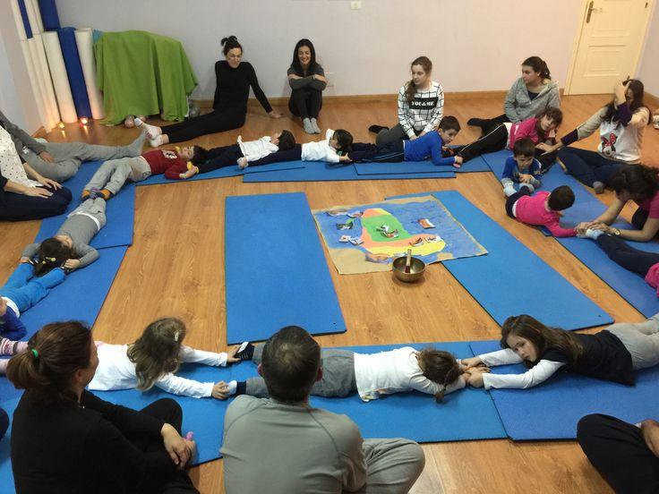 Los niños creando un río juntos. Yoga en familia. #creandojuntos #yoga #familyyoga