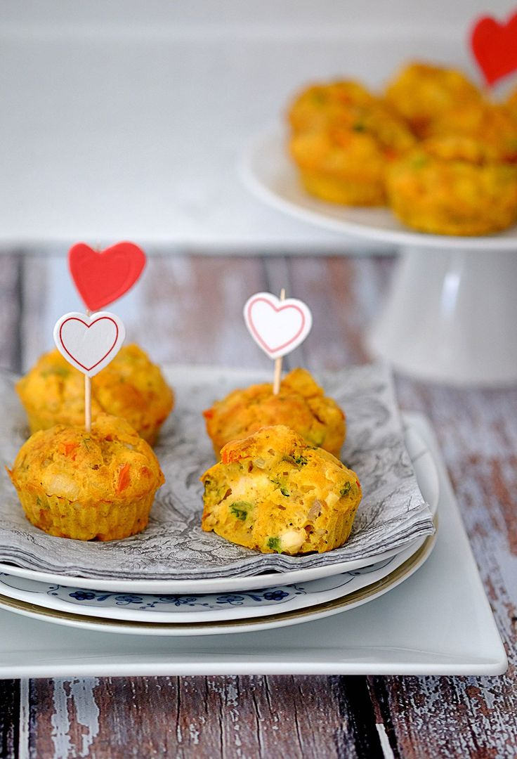 Muffiny z kurczakiem to jedna z najpopularniejszych przekąsek na ciepło. Chociaż wyśmienite są także po wystygnięciu. Trzeba spróbować.
