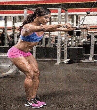 Stahování kladky nataženými pažemi (2 série 15 opakování) pomáhá zvýraznit oddělení svalů zad a předních pilovitých svalů. Celý trénink mnohonásobní účastnice finále Fitness Olympia Tanji Johnson najdete v M&F 6/2016