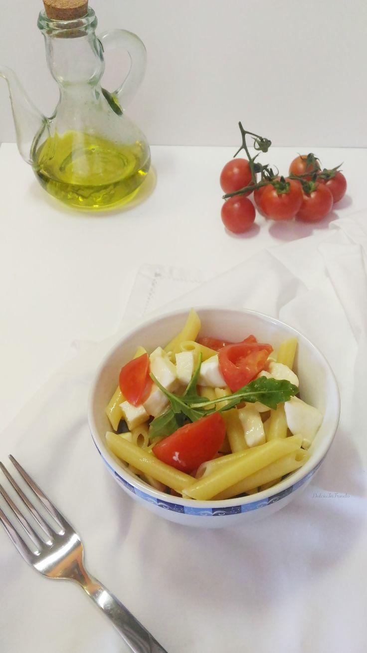 Insalata di pasta fredda un primo piatto fresco, leggero e gustoso. Da preparare in anticipo è l'ideale per i picnic o anche da portare in ufficio
