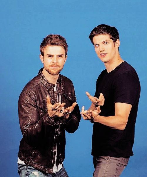 Nathaniel Buzolic & Daniel Sharman strike a pose together at BloodyNightCon 2016 in Barcelona