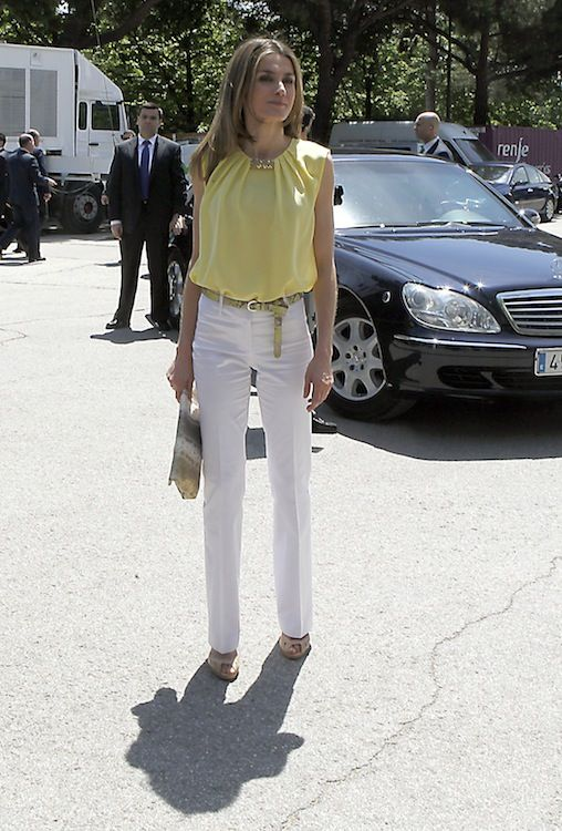 I love Princess Letizia's style, so classy, refined, timeless - she is simple and never over the top.  These white pants with lemon yellow top are a beautiful spring or summer wardrobe must.