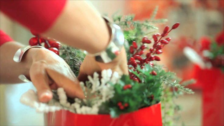 In questo tutorial dedicato al Natale vi mostrerò come realizzare divertenti ed eleganti confezioni regalo e centrotavola per il pranzo di Natale o la cena di Natale.