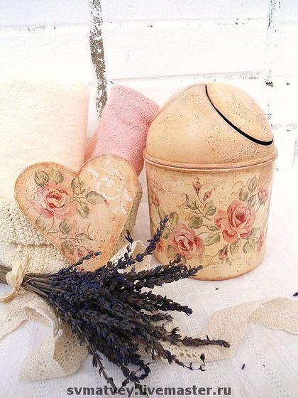 мини-мусорка `Розовый сад -2`. Декорировано в технике декупаж.   Имеет прочное и водостойкое матовое покрытие.  Теплый персиковый оттенок ведерка, венок из роз и белая решетка трафарета, немного белой патины.  Сердечко-подвеска в подарок.