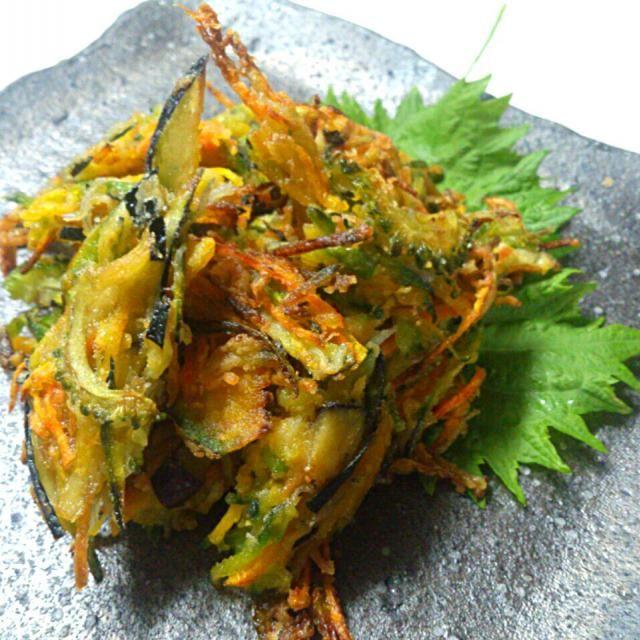 あと一品何かって時にも、冷蔵庫の残り野菜一掃にもぴったりの一品!(^^)d 野菜嫌いの子どもさんもカリポリ食べれてしまうかき揚げで、ちりめんじゃこも混ぜこむからカルシウムも摂れちゃいます。  天ぷら衣を使用しないので、ベタつくことも、失敗することもなし! ちりめんじゃこの塩分で、そのままでも美味しく食べれちゃいます(*^^*)  今回はかぼちゃ、茄子、万願寺とうがらし、人参、ゴーヤの夏野菜中心に揚げました。 きゅうりや大根も千切りで混ぜこんで揚げても大丈夫!  さつまいもやかぼちゃは甘くておすすめですよ(*^^*) - 211件のもぐもぐ - 残り物野菜&ちりめんじゃこでカリカリかき揚げ(^o^)/ by sakurakoaya31