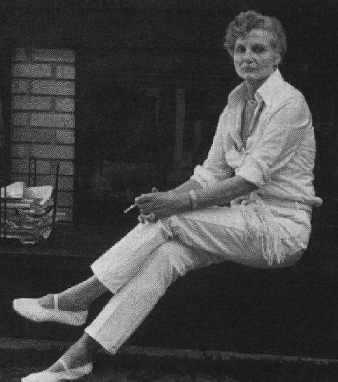 """Alice Bradley Sheldon (1915 – 1987) escritora estadounidense que usó desde 1967 el pseudónimo de James Tiptree Jr. para escribir novelas de ciencia ficción. También utilizó el seudónimo Racoona Sheldon entre 1974 y 1977.  En una entrevista afirmó: """"Un nombre masculino me parecía una buena manera de camuflarme. Sentía que un hombre pasaría más desapercibido. Había tenido demasiadas experiencias en mi vida en ser la primera mujer en una ocupación determinada"""". #DíadelasEscritoras"""