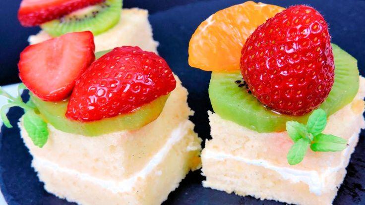 """Aprende cómo hacer pasteles caseros borrachos (de almíbar) con fruta fresca. Se trata de una receta de pasteles elaborada con una base de bizcocho genovés. Este bizcocho se empapa con un almíbar casero de vainilla, se rellena con una fina capa de queso crema y se colocan unas frutas frescas. En este caso hemos preparado estos """"pasteles borrachos"""" con kiwi, fresas y mandarina."""