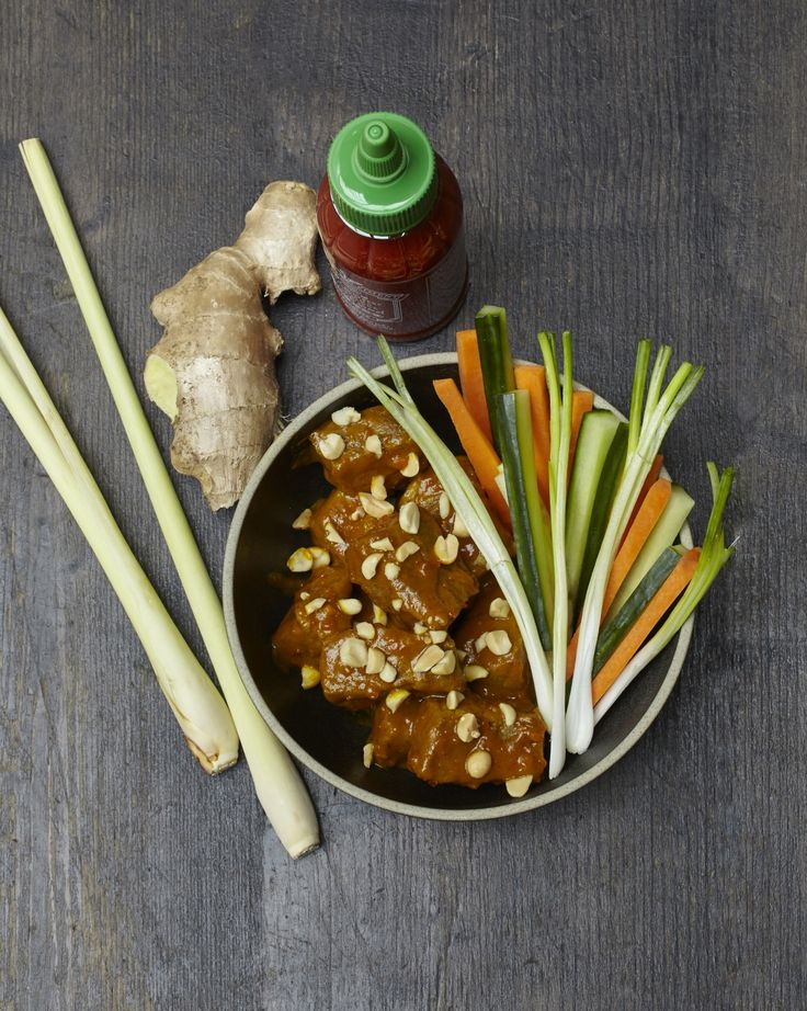 Recette Bœuf sauce saté : Préparez la marinade : pelez l'ail, le gingembre et l'échalote. Mettez le tout dans le bol d'un mixeur avec le cumin, la cor...