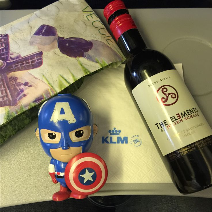 Afternoon snack from KLM : Veggie puff served with The Elements Red Wine. what a wonderful snack ! route from Kuala Lumpur - Jakarta.