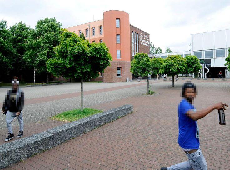 Asylsuchende aus Schwarzafrika, die einen florierenden Drogenhandel betreiben: Das hört sich an wie der ARD-Tatort vom vergangenen Sonntag, ist aber Realität. Mehr als 50 Dealer verkaufen mitten in Gladbach Marihuana auch an Kinder.