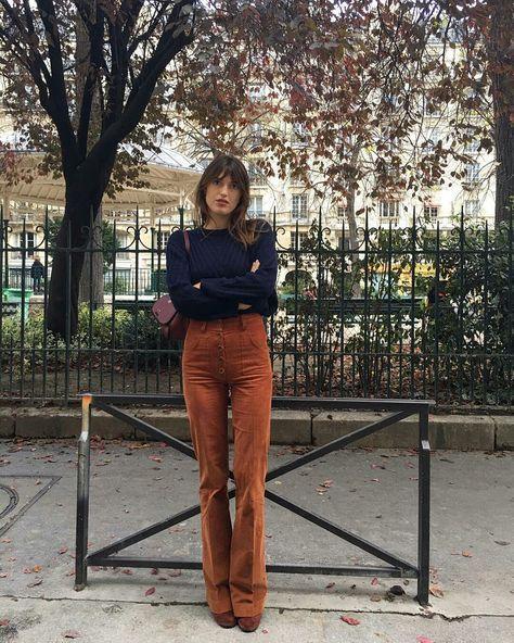 Jeanne Damas, suéter azul marinho, calça de cós alto marrom conhaque, caramelo