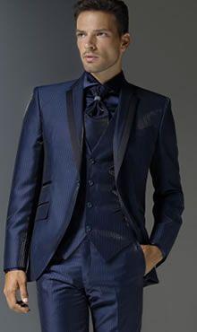 Abito blu lucido uomo elegante