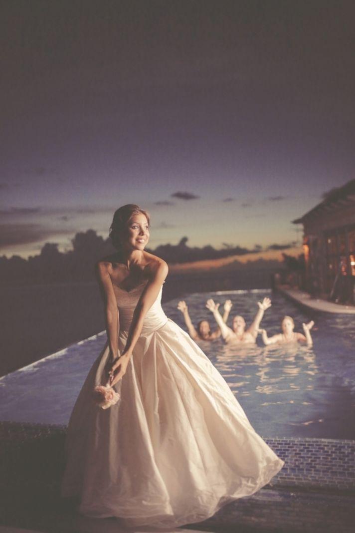 プールの中に♡ウェディングのブーケトスの写真は結婚式の大切な思い出。記念に残したいブライダルフォトの一覧をまとめました♪