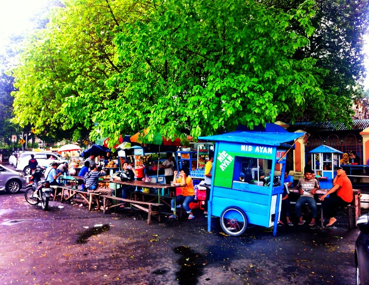 Local food stall selling #MieAyam in #Menteng area aka the old Dutch neighbourhood in #Jakarta, #Indonesia.