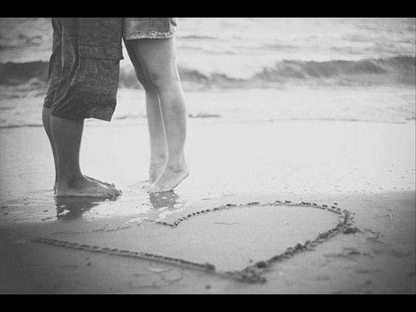 Николай Асеев  ПРОСТЫЕ СТРОКИ  Я не могу без тебя жить!  Мне и в дожди без тебя - сушь,  мне и в жары без тебя - стыть.  мне без тебя и Москва - глушь.   Мне без тебя каждый час - с год,  если бы время мельчить, дробя;  мне даже синий небесный свод  кажется каменным без тебя.   Я ничего не хочу знать -  слабость друзей, силу врагов;  я ничего не хочу ждать,  кроме твоих драгоценных шагов.   1960 https://vk.com/stihirifmy