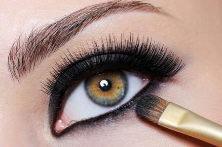 Se non vuoi rimpicciolire ulteriormente gli occhi, evita le matite scure all'interno dell'occhio e i trucchi molto scuri, tipo gli smokey. Se effettui un trucco molto pesante e scuro cerca di ricordare sempre la matita bianca/avorio, l'ombretto chiaro nell'angolo interno dell'occhio e il mascara.