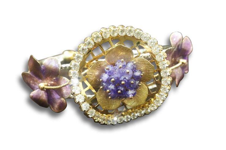 18 KARAT GOLD SATIN FINISH DIAMOND AND SAPPHIRE FLOWER DESIGN RING.