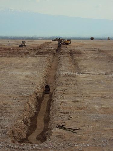 Εκσκαφές, διάνοιξη καναλιών-διάστρωση κάτω στρώσης άμμου για έδραση καλωδίων και συμπήκνωση
