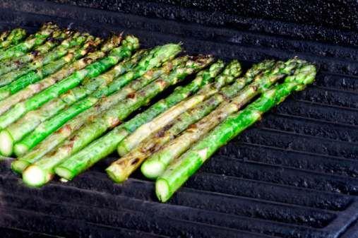 Aspargo grelhado: http://greenme.com.br/alimentar-se/vegetariano-e-vegano/684-12-receitas-de-espetinho-vegetariano-para-o-churrasco