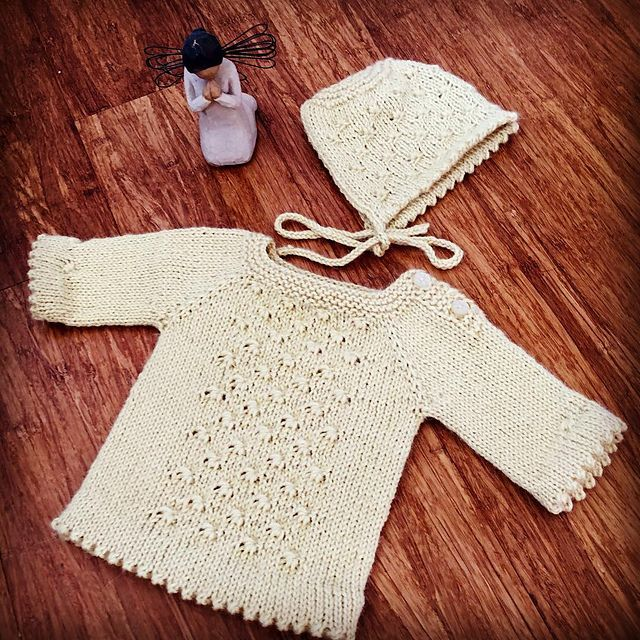 Mælkebøtte. Kelly van Niekerk hed tidligere Kelly Brooker og har designet flere andre opskrifter på Strikkeglad. Her en sød lille bluse med hulmønster. Kysen er ikke med.