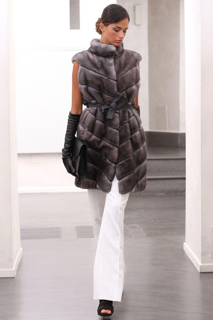 Blue Iris Female Mink Fur Vest with closure with hooks. Gilet di Visone Femmina Blue Iris con chiusura: con gancetti. #elsafur #fur #furs #furcoat #mink #minkcoat #vest #gilet #peliccia #pellicce