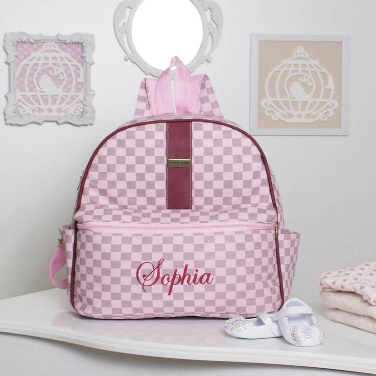 A Mochila Maternidade Paris Rosa Personalizada vai ganhar o coração das mamães de princesa! Com o nome da sua bebê bordado, ela fica mais exclusiva e estilosa!
