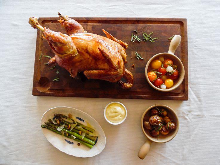 Gasgrillen blev testet på årets første grillaften med spydstegt kylling og masser af lækkert grønt. Få opskrifterne på alt tilbehøret her.