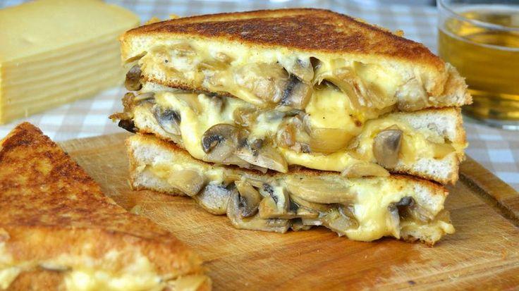 Sándwich de champiñones, cebolla y queso Gouda Ingredientes: (para 2 sándwiches)  4 rebanadas de pan de molde 1 cebolla mediana 250 gr de champiñones laminados 240 gr de queso gouda rallado 4 cucharaditas de mantequilla o margarina 2 cucharadas de aceite de oliva Sal y pimienta