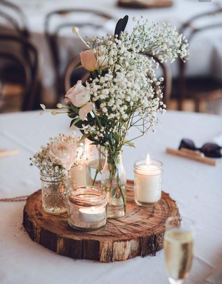 Tischdekoration, Hochzeitsdekoration, rustikal, Baumscheibe mit Wiesenblumen in kleinen Vasen und Kerzen