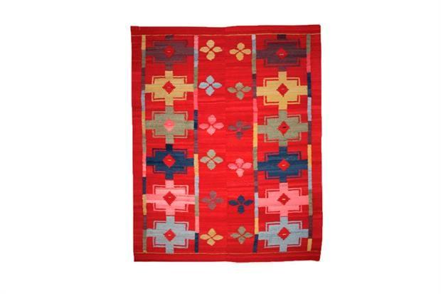 Claves para limpiar una alfombra Tejida a mano en telar con lana de oveja, esta alfombra recrea un diseño antiguo original del monte santiagueño($11892, Awanay).