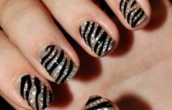 Diseños uñas de cebra, diseño de uñas cebra brillo.   #uñasbonitas #nails #uñasconbrillos