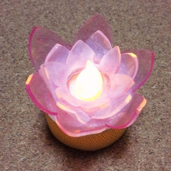 100均のろうそく風ランプにプラバンの蓮の花をつけて、ステキな蓮の花ランプを作りました。 ろうそく風の光が蓮の花とピッタリです!お盆飾りにおすすめです。