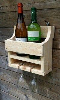 een pallethouten wijnrek met plek voor 2 flessen wijn en 2 glazen, leuk voor in de kamer aan de wand.