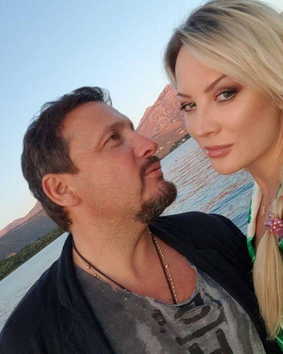 Почему она все время прячется?: Подписчики Стаса Михайлова уверены в беременности его жены