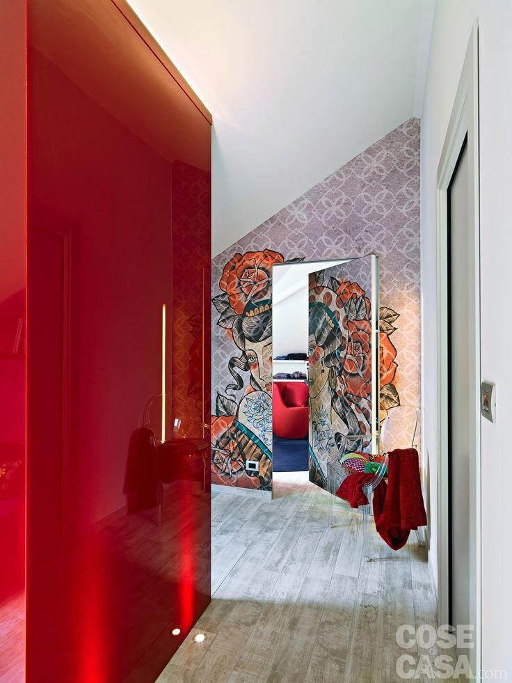 Una porta a bilico che ruota intorno a un perno centrale divide la cabina armadio dal living. #casa #cosedicasa #arredamento #living #design #house #home