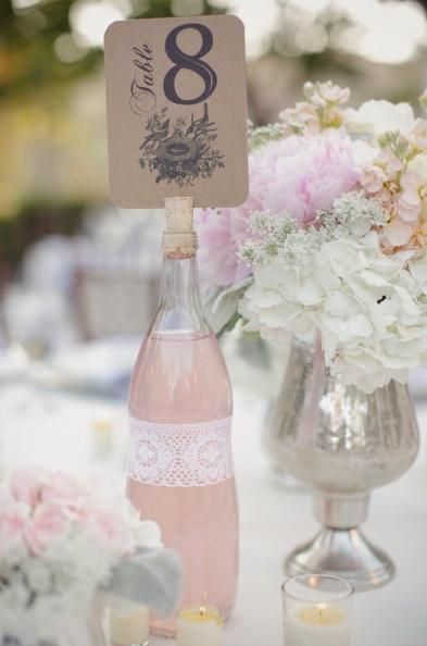 Une bouteille de limonade pour une décoration tendance lors d'un mariage.