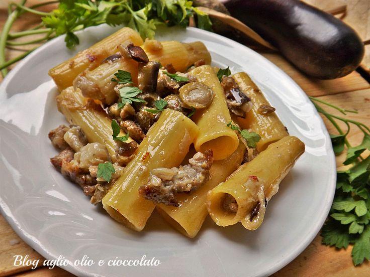 la pasta con melanzane salsiccia e olive è un piatto molto semplice da…