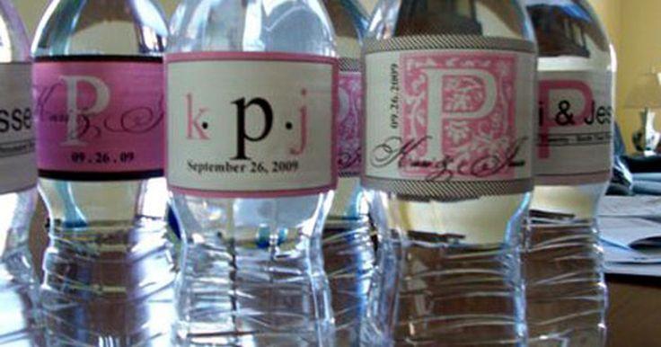Etiquetas para botellas de agua hechas en casa . Si estás planeando una fiesta en la que te gustaría dar botellas de agua personalizadas, sería divertido ser capaz de diseñar tu propia etiqueta. Con un poco de tiempo en el ordenador y una impresora, puedes hacer justo lo que necesitas. Tus invitados quedarán sorprendidos y encantados con tu ingenio y te ahorrarás mucho dinero.