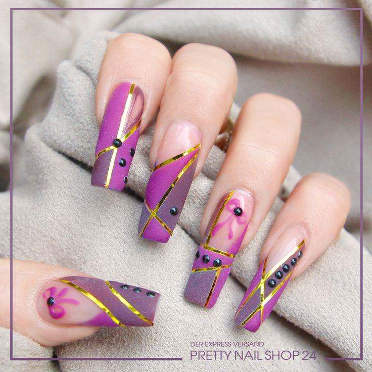#lila #gold #nails #nailart Samtige Felder, unterteilt durch goldglänzende Streifen werden hier zusätzlich mit kleinen Steinchen veredelt. Wäre das ein Look für Euch?